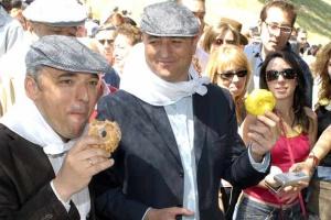 Simancas y Sebastian comen rosquillas