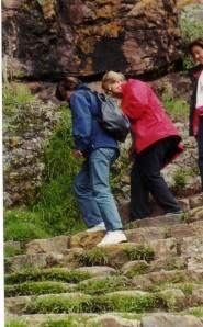 sujetando a mamá