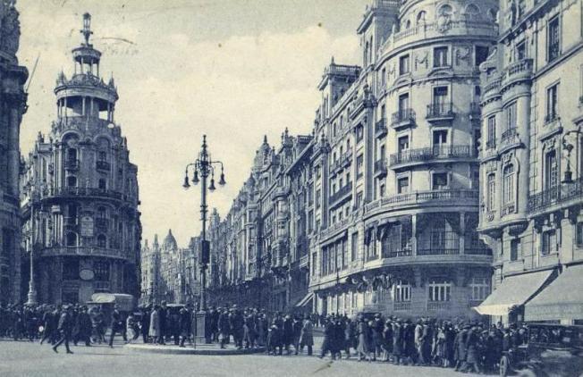Fotografía del primer semáforo de Madrid que se instaló entre las calles Alcalá y Barquillo en 1926