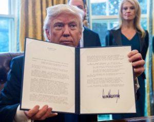 trump-firmando